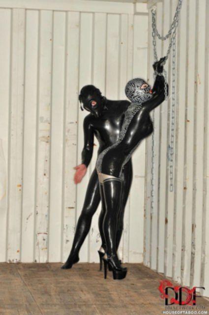 Телка в черной маске и латексном костюме занимается сексом