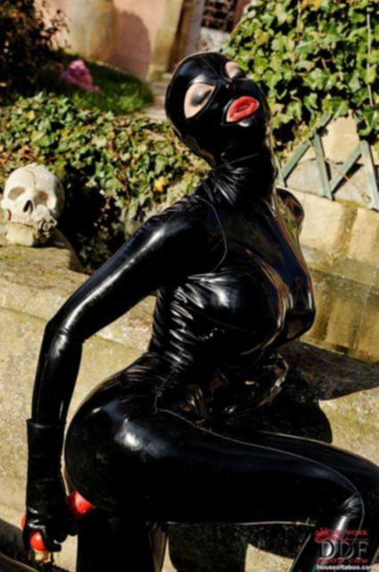 Секси леди, которая любит эротичную одежду сегодня надела маску