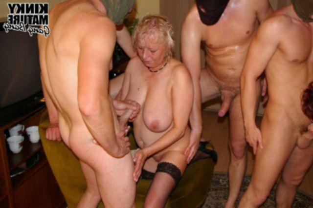 Групповой секс похотливых бабушек и парней в маске с отсосом