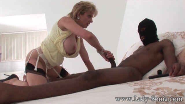Негр в маске жестко трахает сексуальную зрелую даму в межрасовом сексе