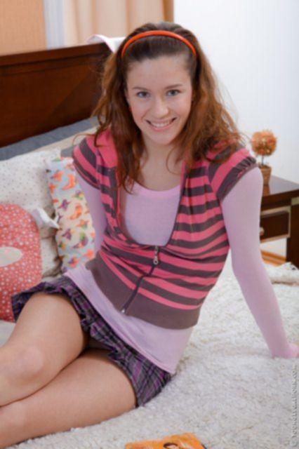 Юная девка занимается красивой еблей дома на кровати