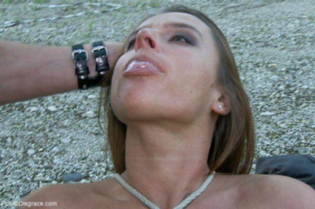 Молодая девка познакомилась и занялась оральным сексом на улице