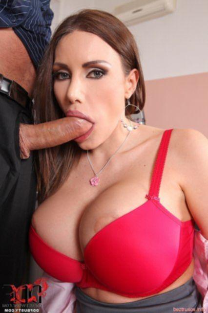 Грудастая итальянка в кабинете занимается анальным сексом