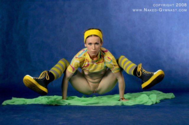 Гимнастка с гладкой пиздой устроила камасутру