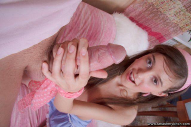 Молодая девушка практикует камасутру с горловым отсосом хуя