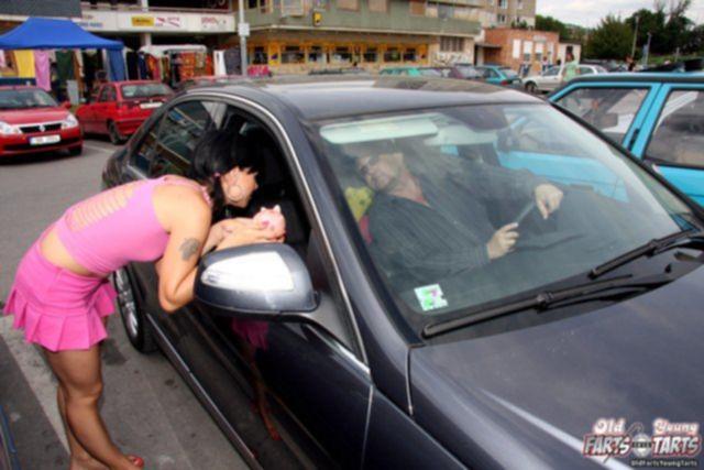 Летний секс молодой шлюхи с маленькими титьками на улице
