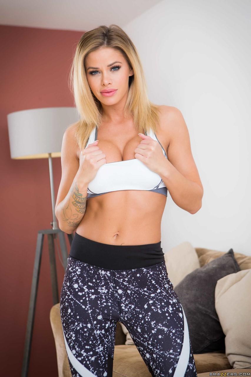 Блондинка с натуральными сиськами Jessa Rhodes снимает штаны для йоги и трахает пальчиками киску - смотреть на телефоне бесплатно