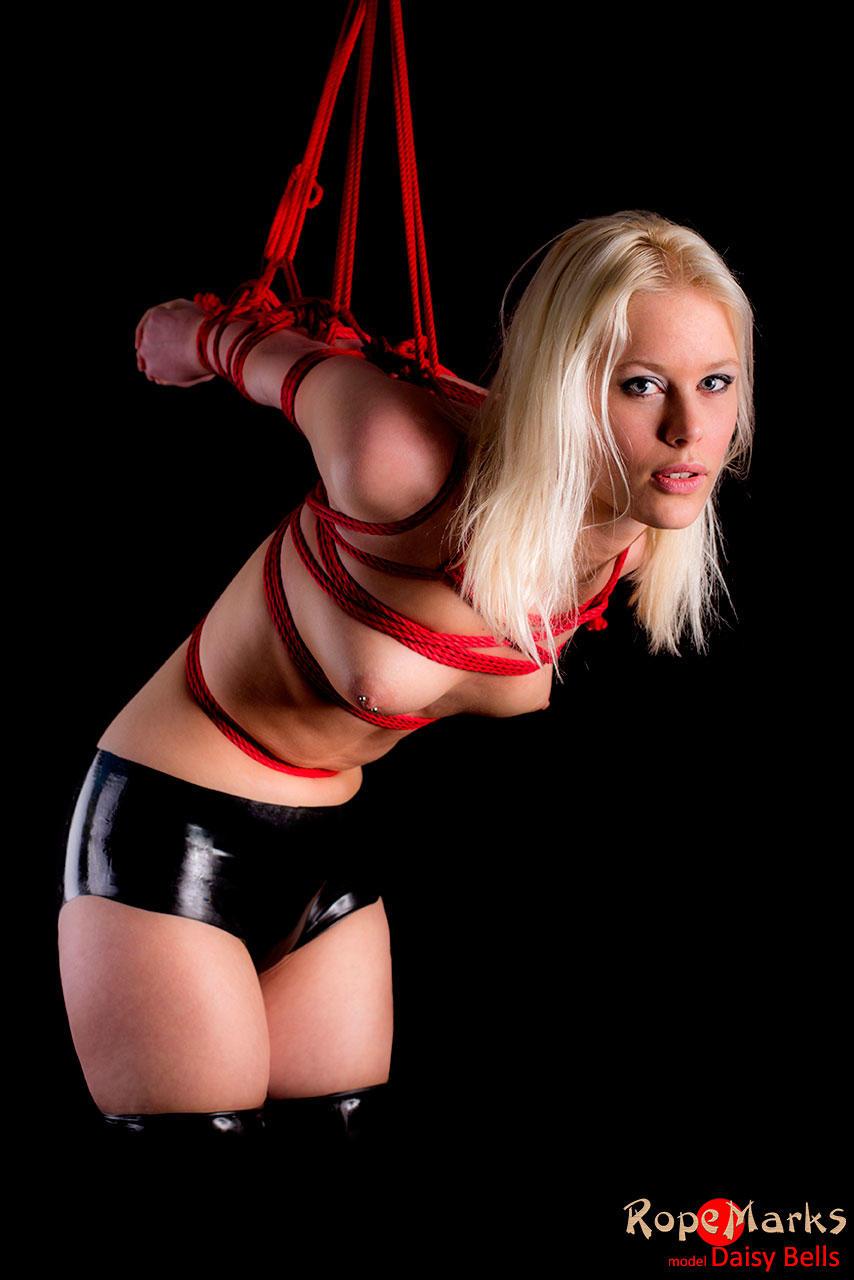 Богиня с маленькими сиськами BDSM в крошечных латексных шортах Daisy Bells была связана - смотреть на телефоне бесплатно