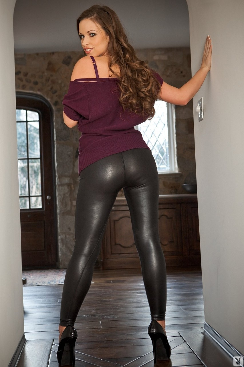 Красивая брюнетка Kayleigh Elizabeth снимает кожаные брюки и рубашку - смотреть на телефоне бесплатно