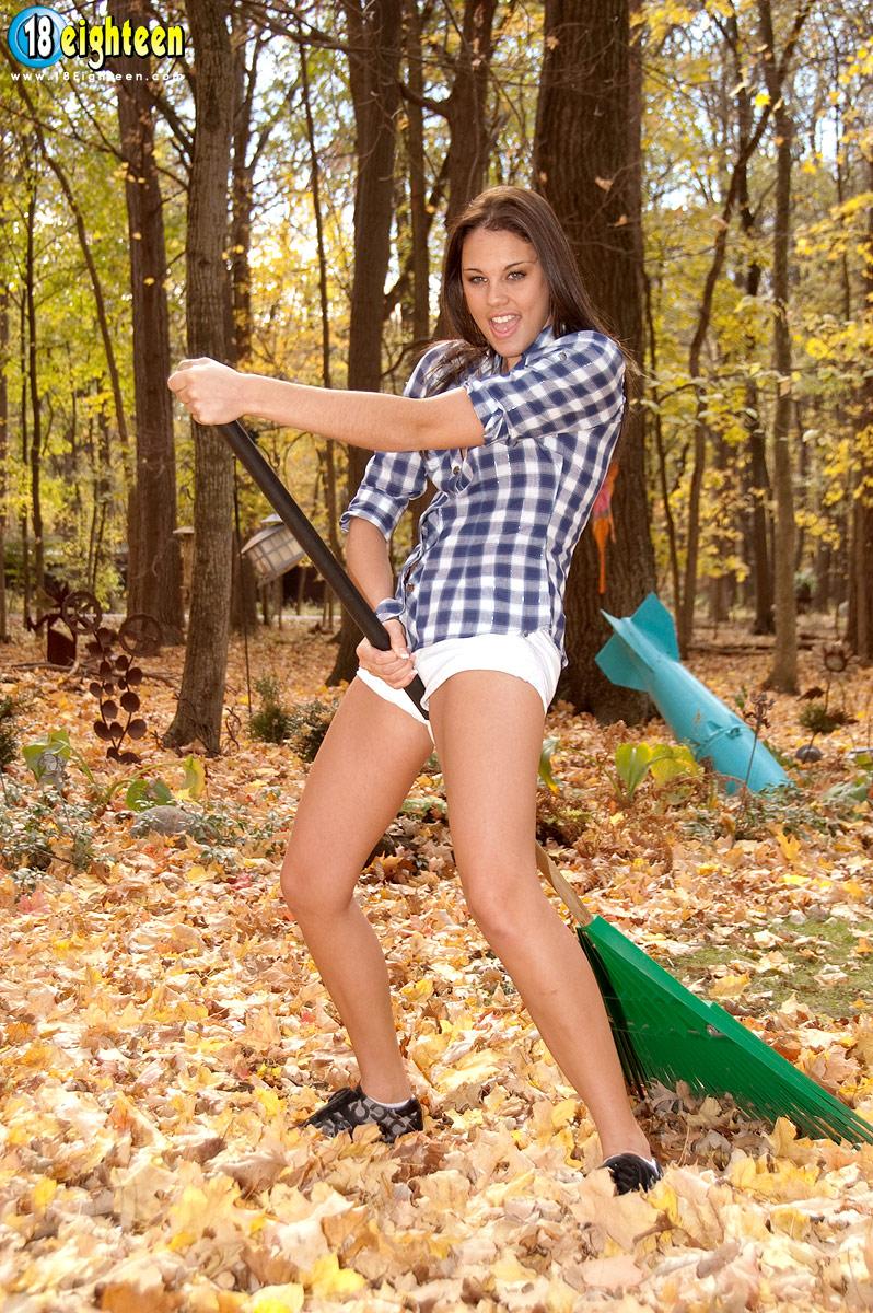 Великолепная девушка покрывает свое красивое тело листьями в лесу - смотреть на телефоне бесплатно