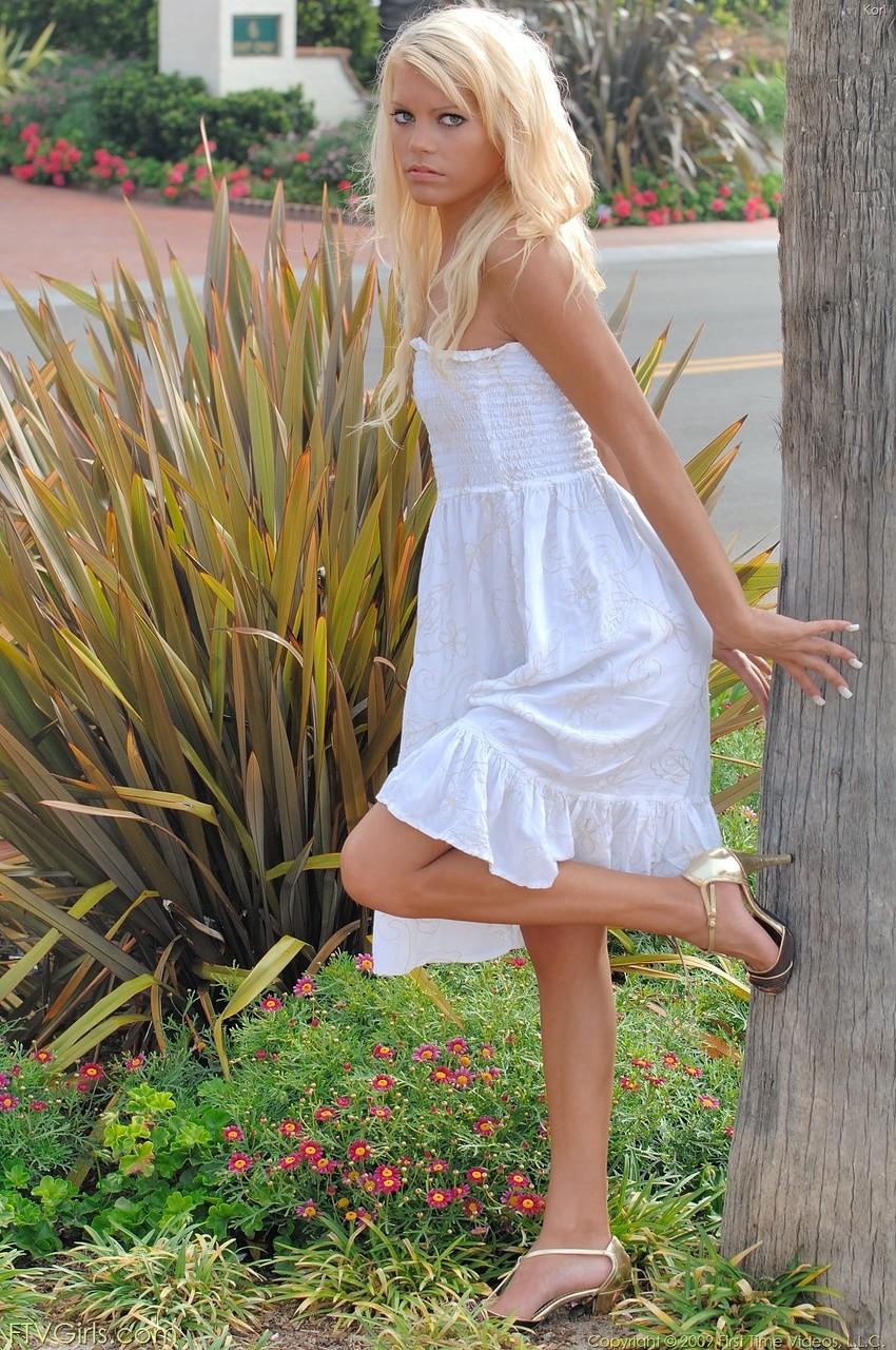 Блондинка с голубыми глазами снимает белое платье для публичной мастурбации - смотреть на телефоне бесплатно