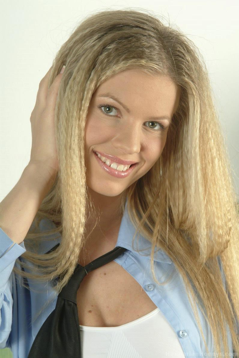 Молодая девушка со светлыми волосами в волосах снимает шланг, раздеваясь - смотреть на телефоне бесплатно
