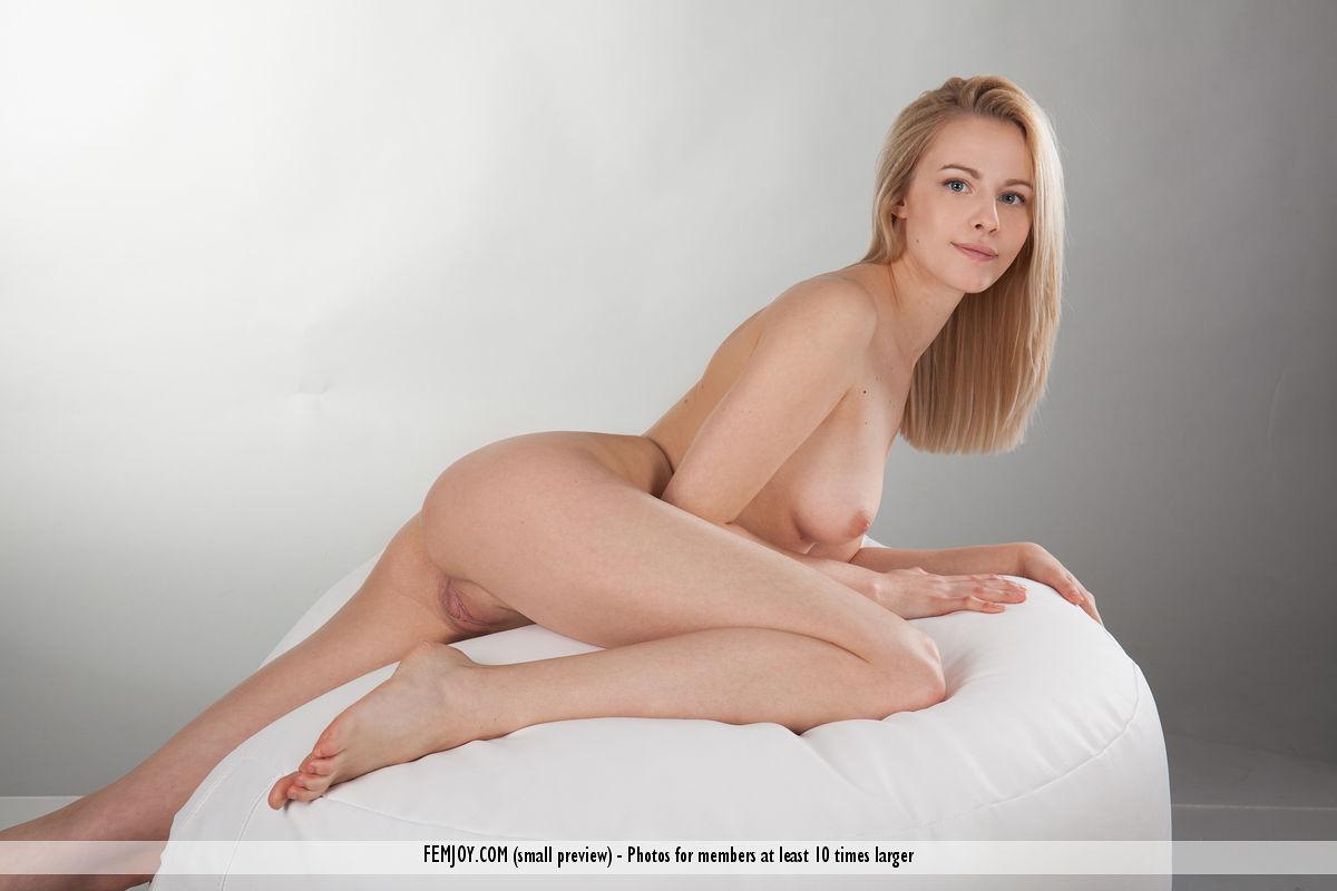 Подросток красотка Мур распространяя ее великолепные ноги и киску на фотосессии - смотреть на телефоне бесплатно