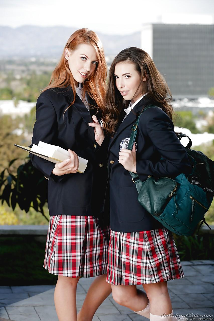 Школьницы перец Кестер и Кейси Калверт показывают свои белые трусики - смотреть на телефоне бесплатно