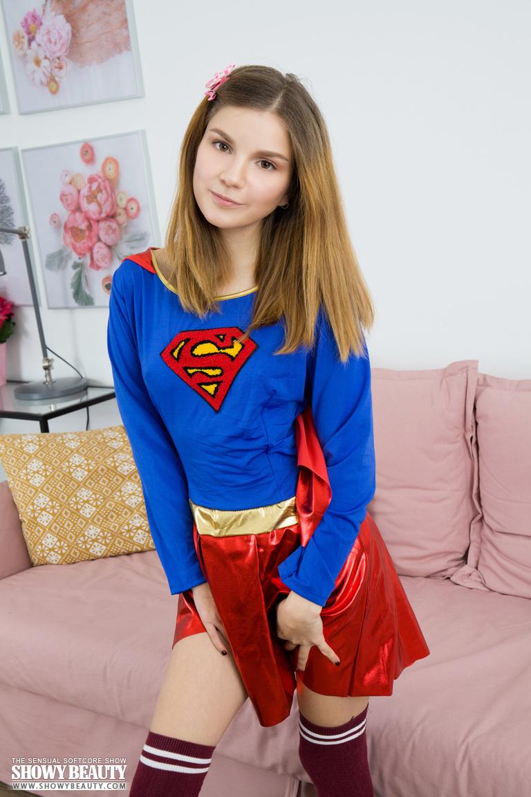 Маленькая молодая абрикос проливает ее костюм супергероя, расставив ноги широко открыты - смотреть на телефоне бесплатно