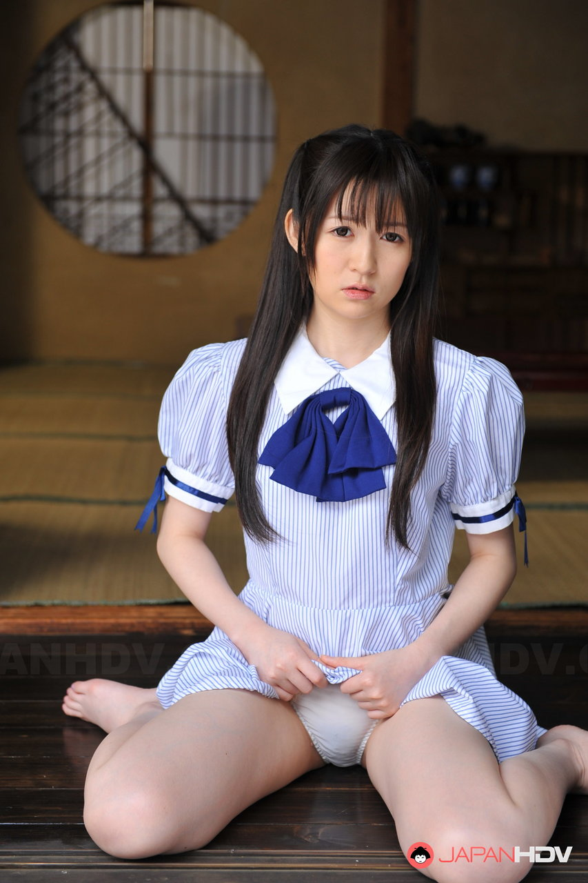 Японская милашка Ай Уэхара сидит на балконе и показывает свою небритую вагину - смотреть на телефоне бесплатно