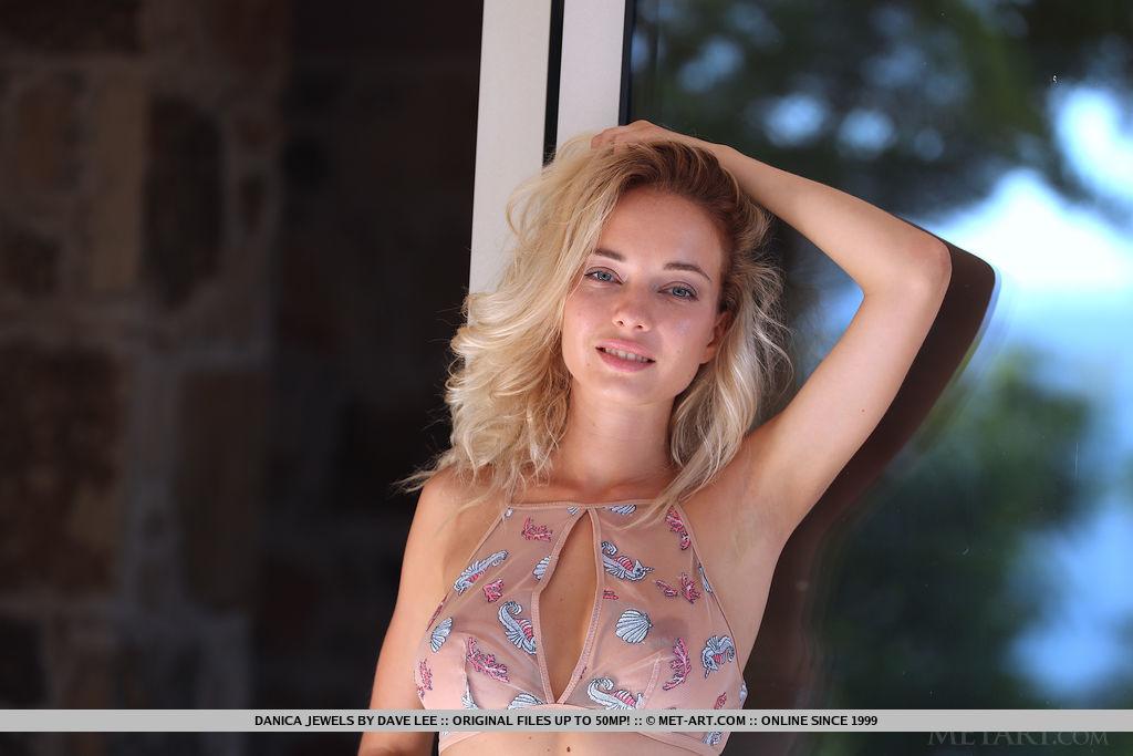 Молодая блондинка Danica Jewels снимает одежду для абсолютно обнаженных поз - смотреть на телефоне бесплатно