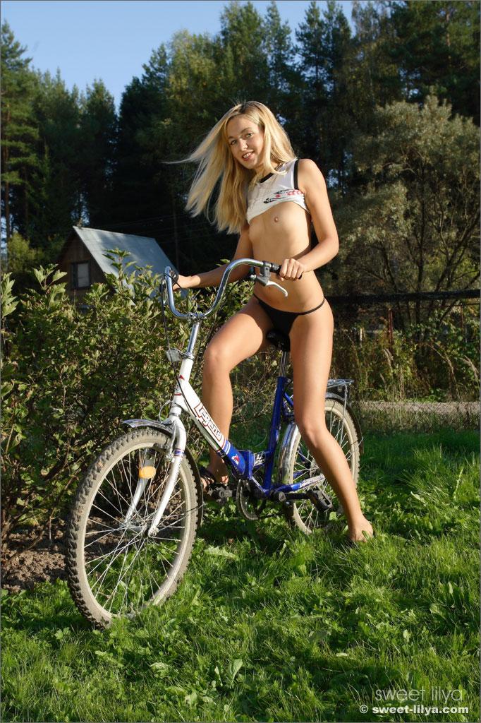 Молодая блондинка Sweet Lilya раздевается на природе на велосипеде - смотреть на телефоне бесплатно