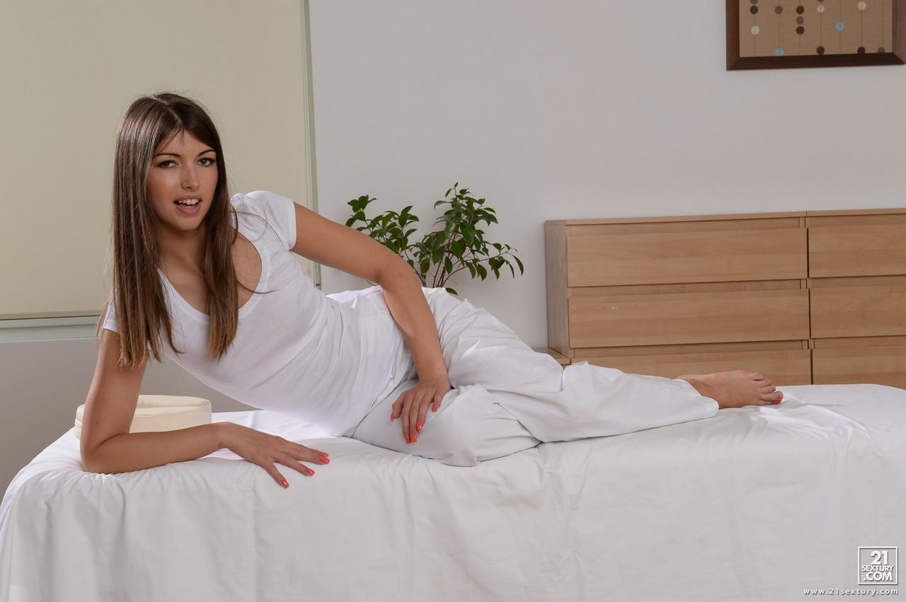 Восхитительная массажистка Susan Ayn дает трахнуть свою киску твердым кислом - смотреть на телефоне бесплатно