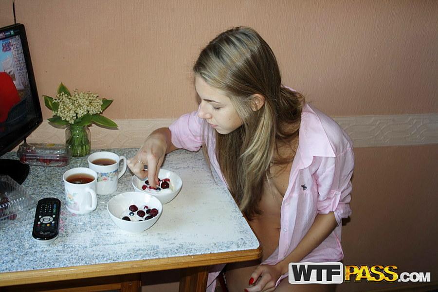 Подросток-любитель записывает на домашнюю кассету от пробуждения до душа - смотреть на телефоне бесплатно