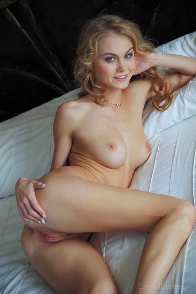 Сексуальная девушка-подросток Nancy A раздевается на кровати, показывая свою розовую киску - смотреть на телефоне бесплатно