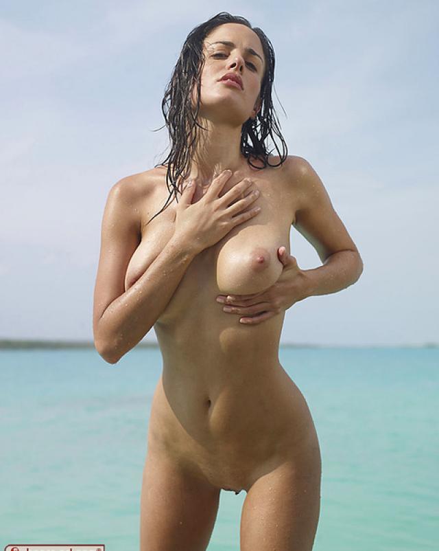 Эротичная баба с большой грудью лежит на пляже