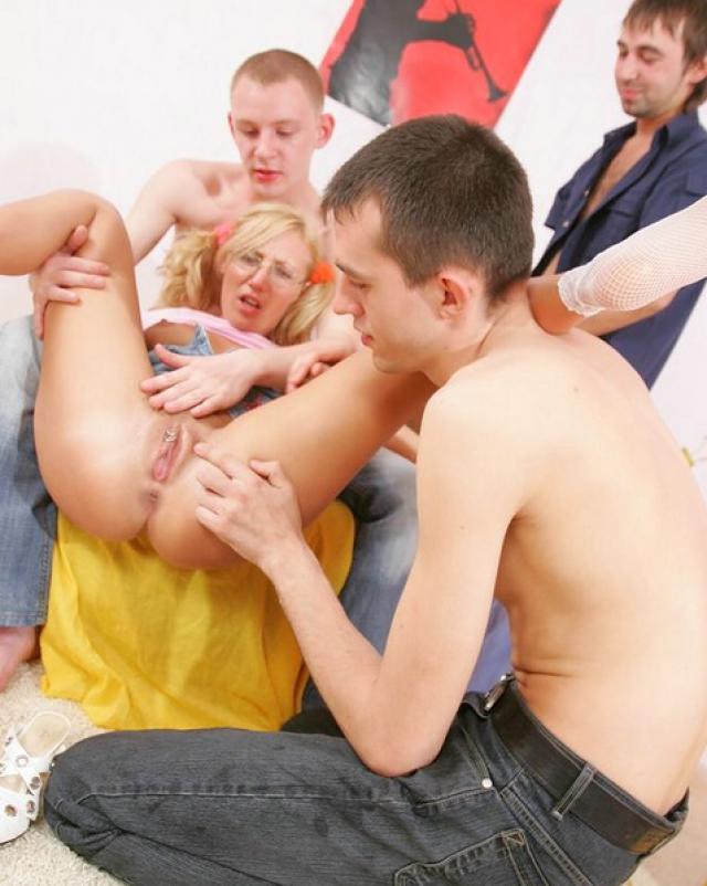 Пьяные свингеры разделили блондинку-недотрогу на троих