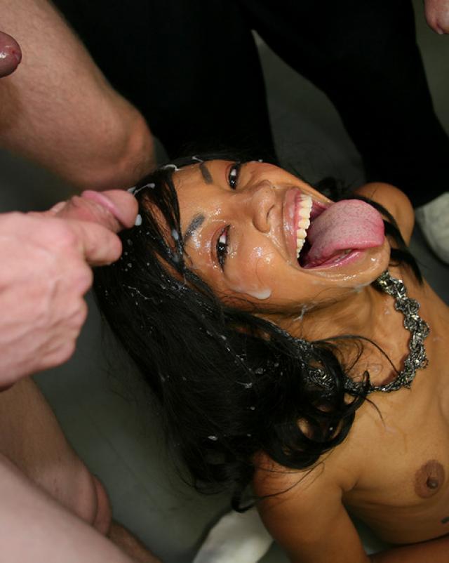 Негритянка с маленькой грудью отсосала свингерам со спермой