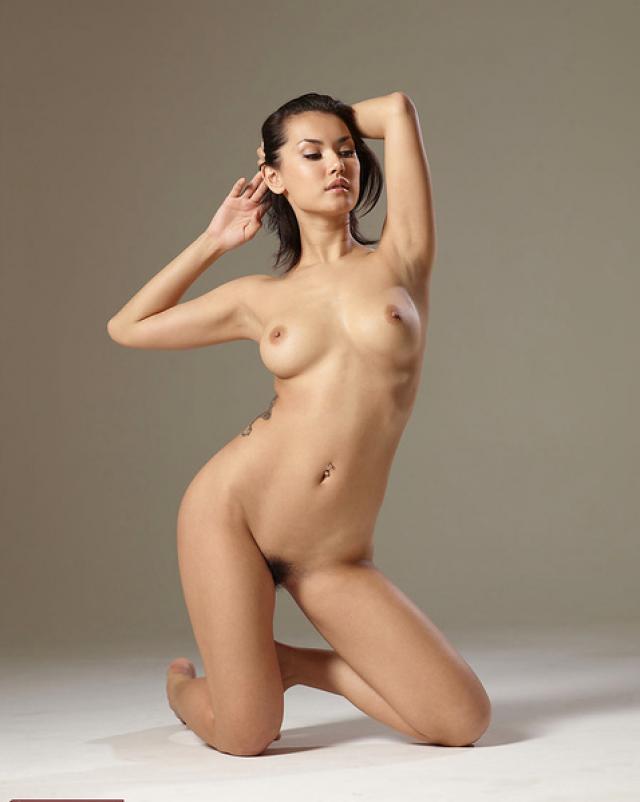 Красотка с натуральными сиськами снялась в эротике