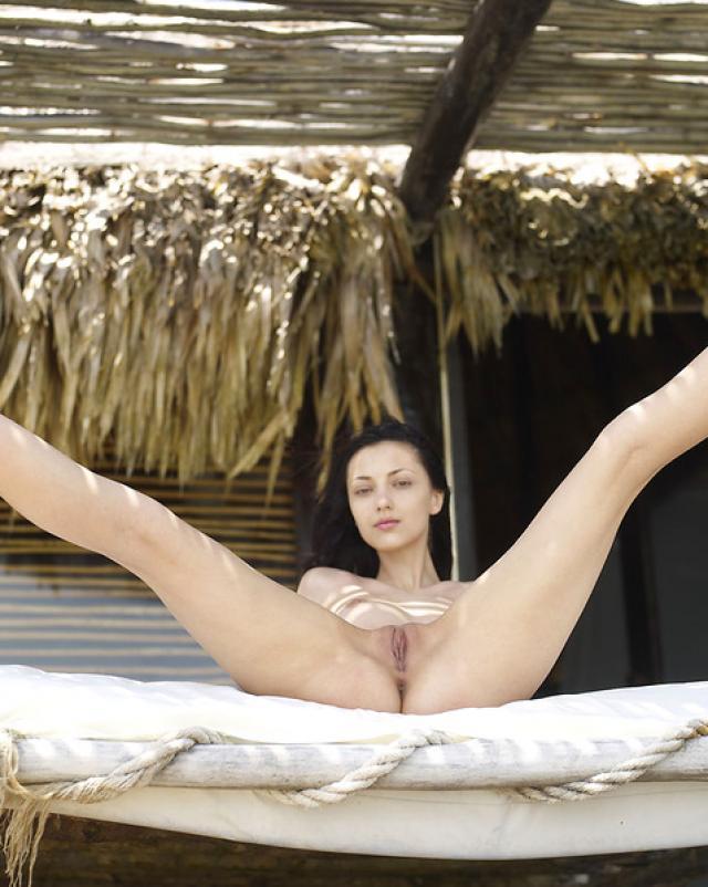 Худая телка ласкает свое тело на красивом пляже